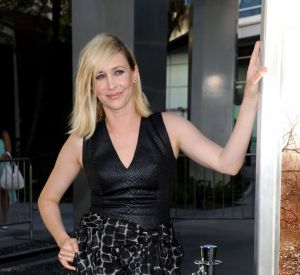Une robe au bustier en cuir et au jupon massif qui vont parfaitement bien avec l'ambiance sombre du film...
