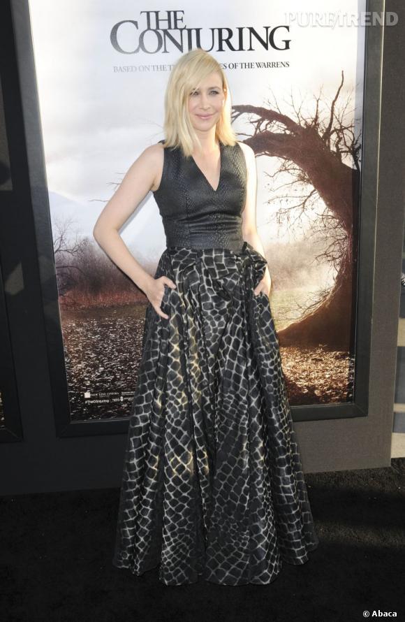 """Vera Farmiga mise sur une robe aux couleurs de l'affiche de """"Conjuring : les dossiers Warren""""."""