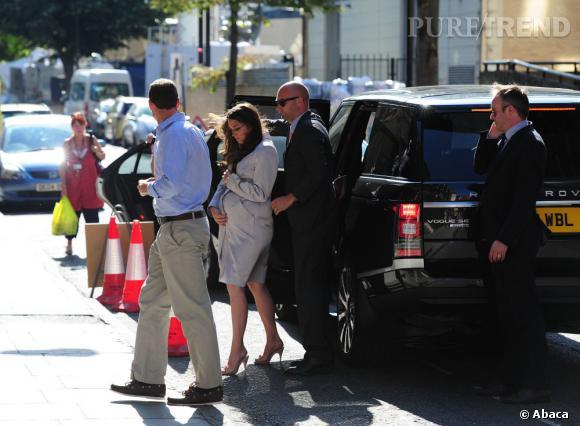 Kate Middleton (version sosie) devant la maternité.