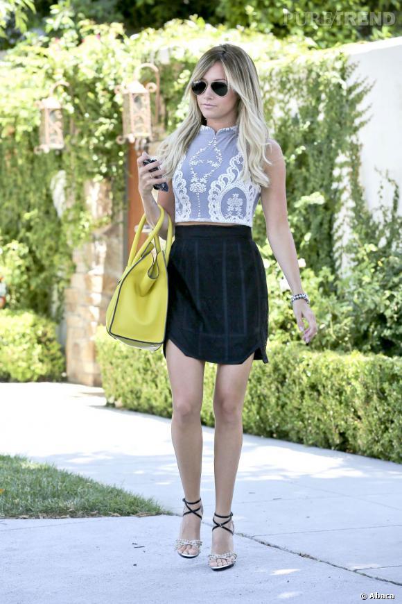 Ashley Tisdale porte des chaussures Christian Louboutin et un sac Celine.