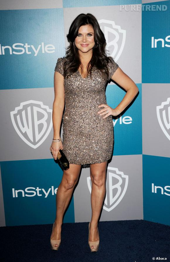 Tiffani Thiessen en robe pailletée près du corps lors de la Golden Globe Party à Los Angeles.