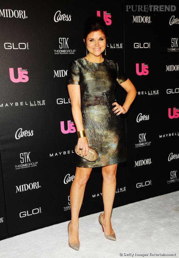 Tiffani Thiessen est parfaite dans cette robe lamée kaki associée à des accessoires or et bronze.