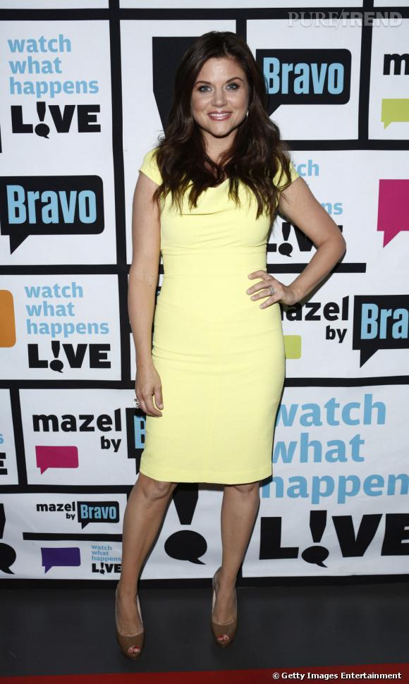 Tiffani Thiessen rayonne dans cette robe jaune mais aussi très moulante.