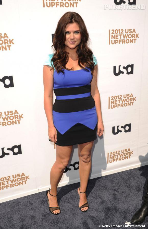 Tiffani Thiessen met en valeur sa silhouette grâce à une robe graphique bleue et noire.