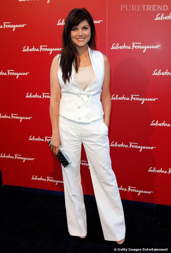 Tiffani Thiessen reste sexy même avec un gilet d'homme et un pantalon de smoking blanc.