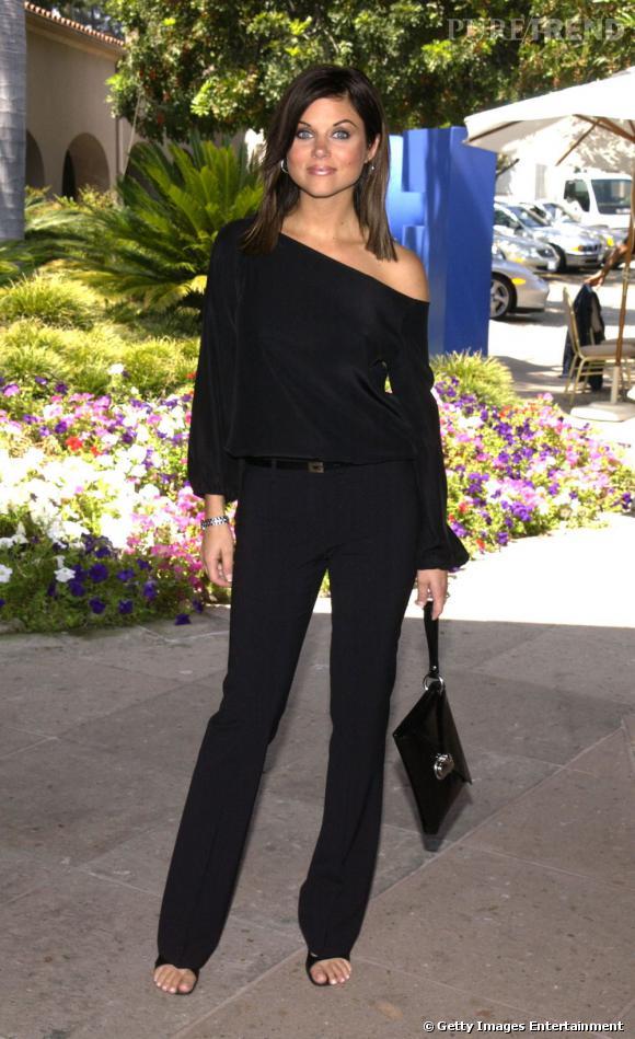 Tiffani Thiessen arrive à être sexy sans trop en montrer grâce à un top asymétrique et un pantalon noir bien coup.