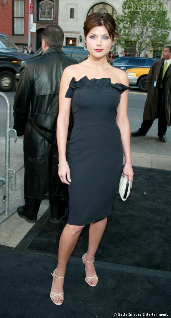 Tiffani Thiessen met ses formes en valeur dans une robe noire moulante bustier.