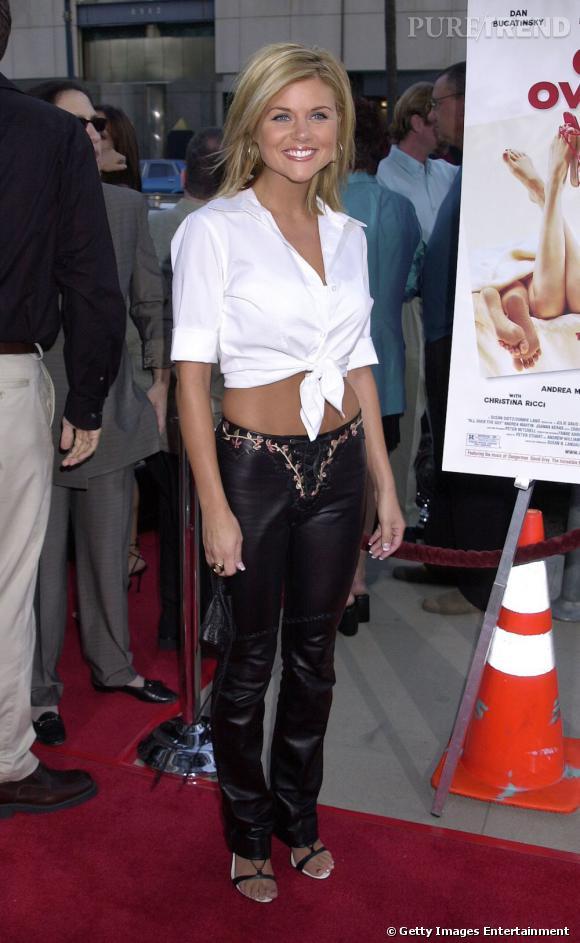 En pantalon en cuir et chemise blanche nouée au nombril,Tiffani Thiessen est sexy, à défaut d'être élégante.