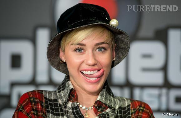Miley Cyrus essaie-t-elle de toucher sa joue ?