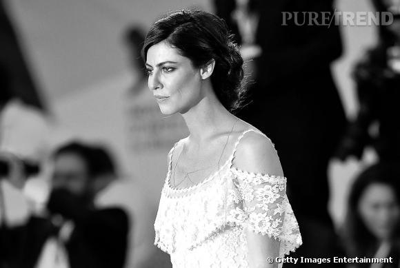 Port de tête altier et robe Haute Couture, Anna Mouglalis a tout bon.