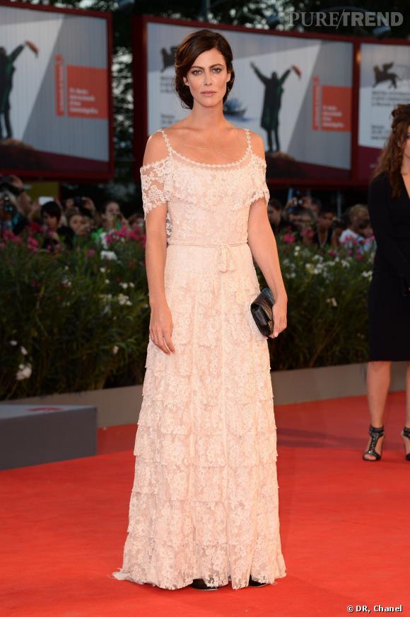 Anna Mouglalis porte une robe Chanel Haute Couture en dentelle rose pâle créée pour elle.