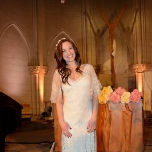 Natasha St-Pier, virginale dans une église d'Auteuil.