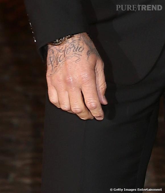 """""""Victoria"""" est désormais inscrit à l'encre noir sur le dos de la main droite de David Beckham. Une déclaration d'amour de plus de la part de l'ancien footballeur."""