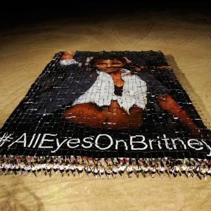 Voilà à quoi ont servi les 1350 personnes transportées dans le desert pour l'annonce de Britney Spears.