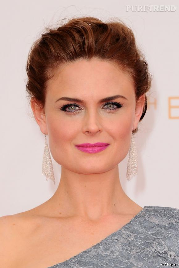 """Emily Deschanel de """"Bones"""" parée de boucles d'oreilles Maille drapée en argent massif Elsa Peretti pour Tiffany & Co."""