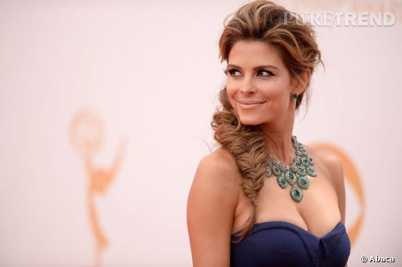 Maria Menounos parée par Lorraine Schwartz pour 2,5 millions de dollars porte un collier et des boucles d'oreilles en émeraudes et diamants.