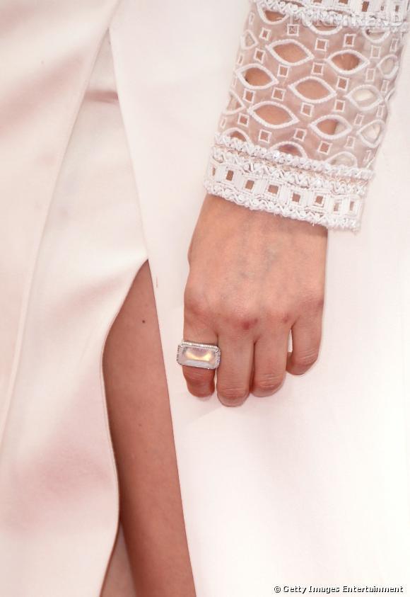 "Kate Mara de ""House of Cards"" porte une bague Irene Neuwirth."