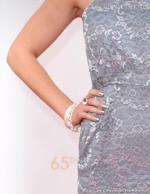 Emily Deschanel porte un bracelet à maillons en argent massif Somerset, un bracelet jonc bombé en argent massif Somerset de Tiffany & Co et une bague cabochon en argent et cristal Rock Elsa Peretti pour Tiffany & Co.