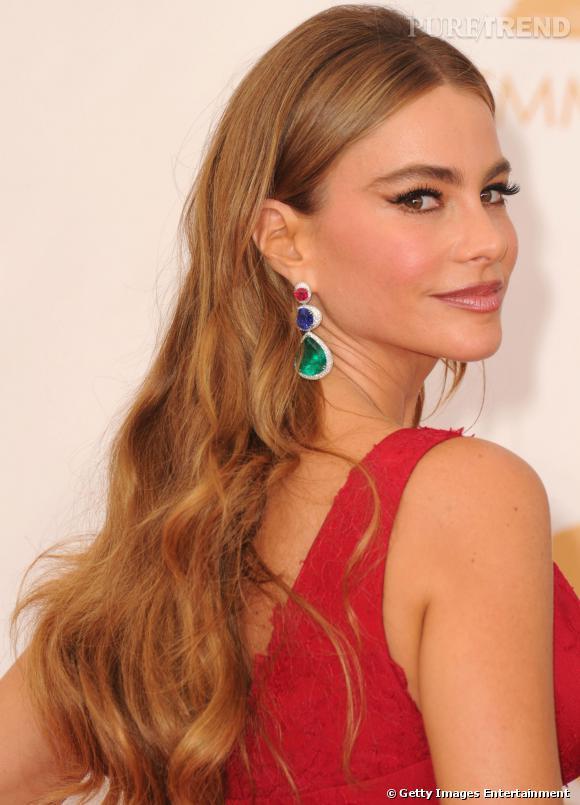 Sofia Vergara porte des boucles d'oreilles Lorraine Schwartz de 100 carats composées de diamants, de rubis, de saphirs et d'émeraudes.