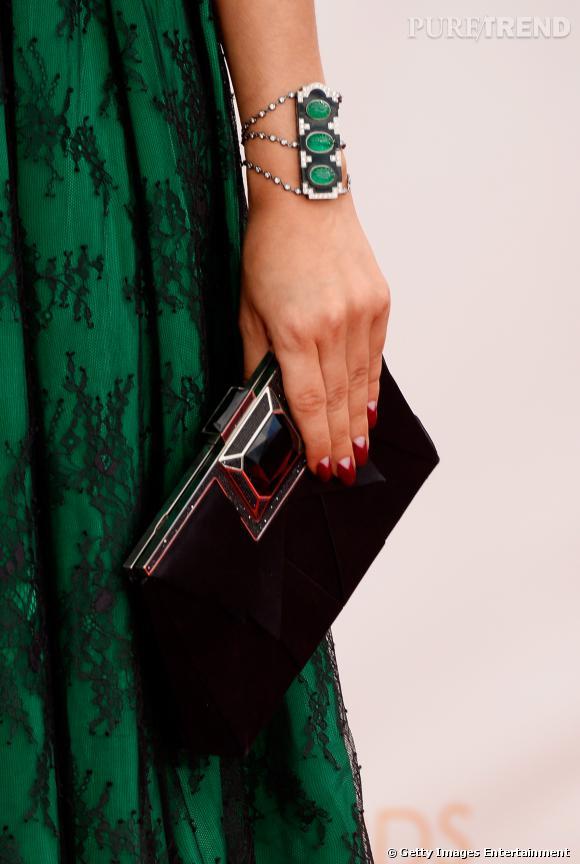 Sarah Hyland porte aussi un bracelet en émeraudes, jade noir et diamants de Lorraine Schwartz.