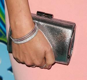 Rose Byrne porte un bracelet Metro en or blanc et saphirs roses, un bracelet jonc à charnière, cinq rangs Metro, en or blanc, une bague à cinq rangs Metro en or blanc 18 carats et diamants, une bague Soleste en platine avec une Tourmaline rose et diamants et une bague Metro en or blanc 18 carats et diamants le tout Tiffany & Co.