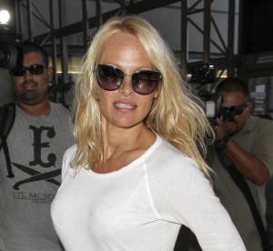 Pamela Anderson, eternelle bimbo en mini robe blanche