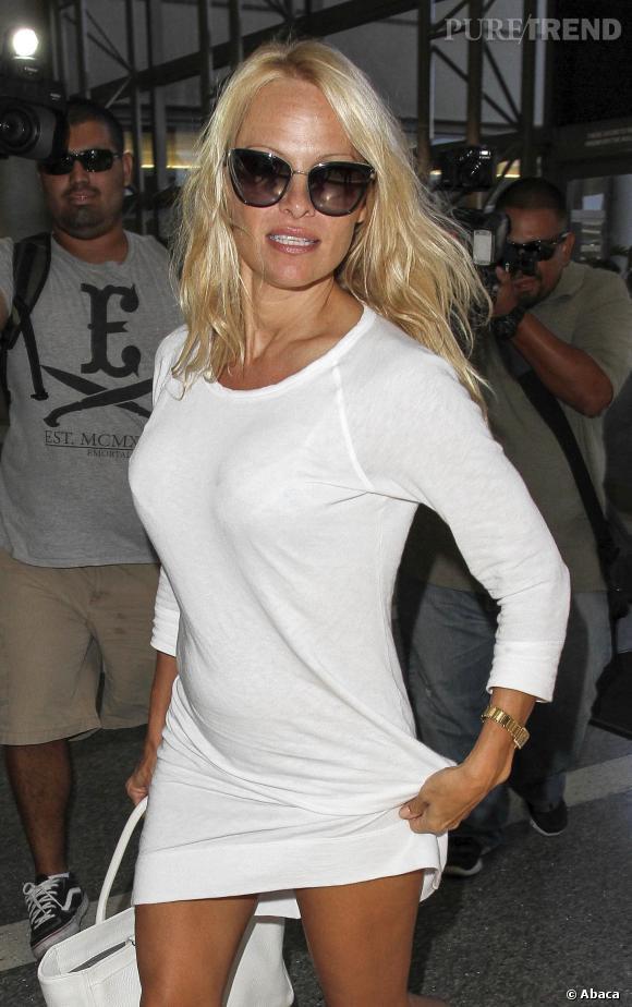 Pamela Anderson fait forte impression ce 23 septembre à l'aéroport de Los Angeles.