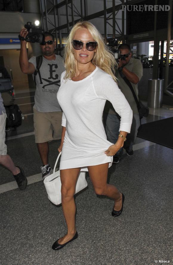 Pamela Anderson a-t-elle un problème avec la longueur de sa robe ?