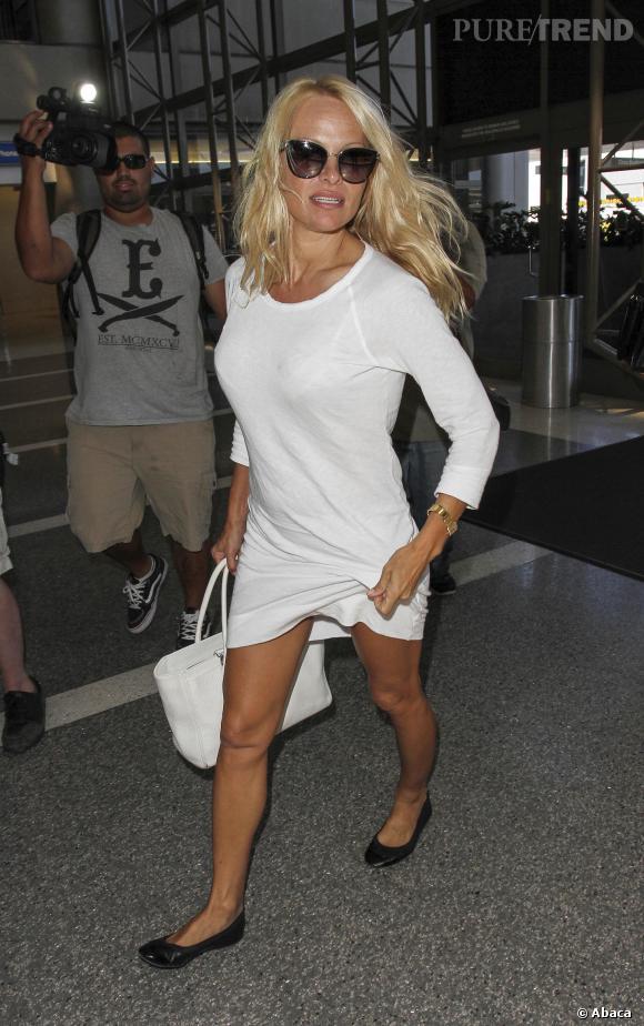 Pamela Anderson aime les robes les plus simples oui. Les plus courtes aussi.