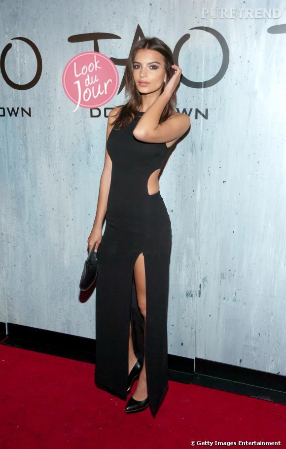 Pour l'ouverture de TAO Downtown à New York, Emily Ratajkwoski mise sur une longue robe noire aux découpes habilement placées.
