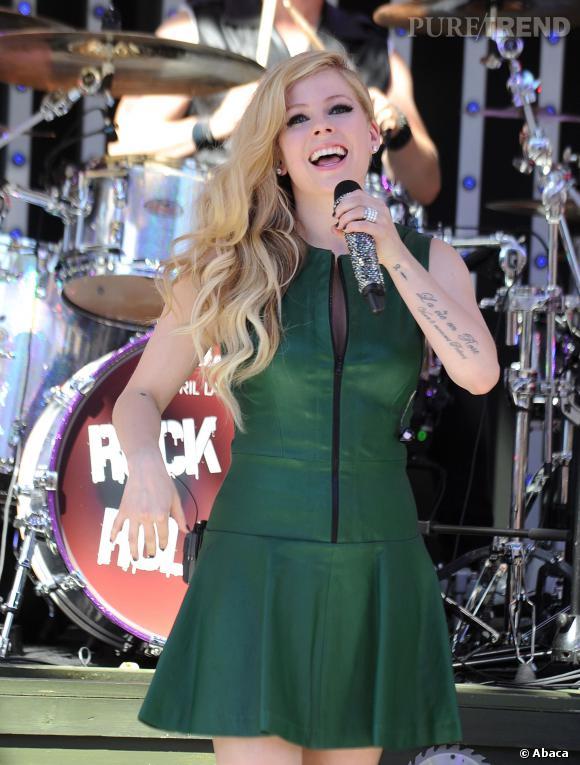 Avril Lavigne serait-elle enceinte ? C'est la vidéo de sa performance sur le show de Queen Latifah qui sème le doute. Pourtant, quelques jours avant en robe verte, la chanteuse n'a pas un si gros ventre que ça...