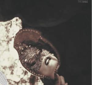 Dans la série La Belle et la Bête, photographiée par Ellen Von Unwerth. Stylisme Catherine Baba, Alma Jodorowsky porte un masque de Erik Halley