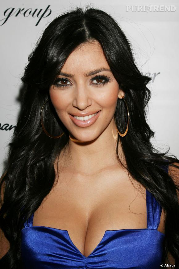 La même année, Kim prend goût pour les faux cils et l'over dose de mascara.