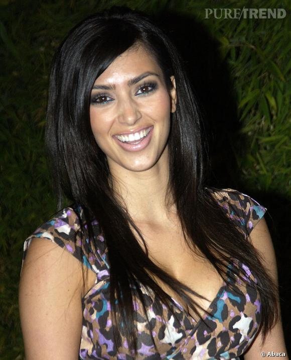 En 2006, Kim est souriante est déjà très maquillée, mais elle ne ressemble pas à la Kim Kardashian d'aujourd'hui. Ce qui change ? On nse saurait le dire précisément...