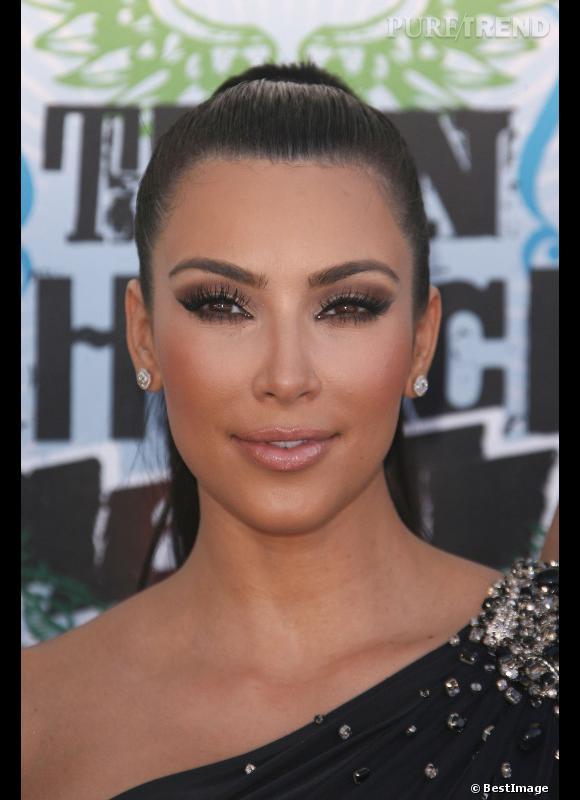 2010 : chignon ultra tiré et make-up de camion volé, Kim Kardashian est plus artificielle que jamais.