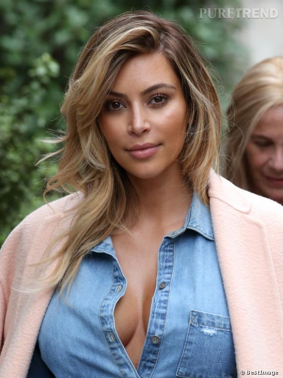 Pour la Fashion Week parisienne en septembre,Kim Kard Kim Kardashian est apparue un peu moins maquillée que d'habitude, les traits un peu fatigués quand même.