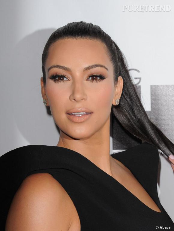 Kim Kardashian, maquillée à outrance en 2011 et avec un nez microscopique. On dirait sa statut de cire. Impressionnant.
