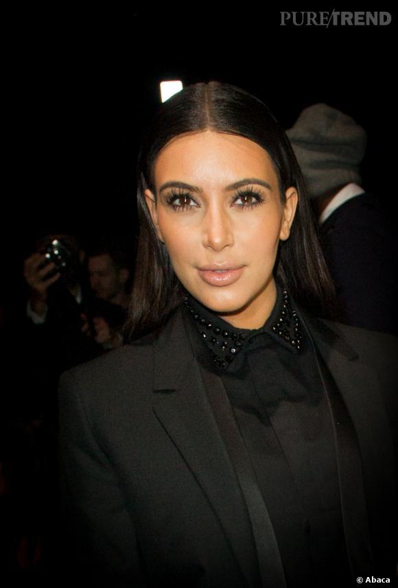 Kim Kardashian et une raie au milieu qui ne lui rend pas justice.