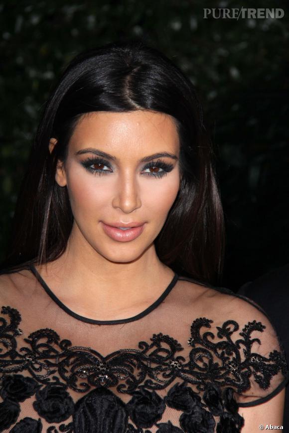 Kim Kardashian toujours aussi maquillée. Elle raffole du contouring, ce qui joue pas mal sur la modification de ses traits.