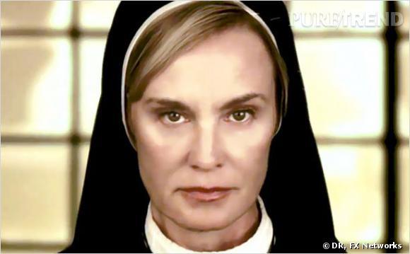 """""""American Horror Story"""" saison 2 :     L'actrice :  Jessica Lange.    Son rôle :  Soeur Jude. Elle dirige l'Asile et n'est pas toujours tendre avec les patients."""