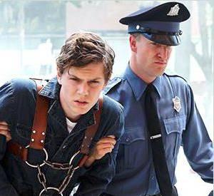 """""""American Horror Story"""" saison 2 : L'acteur : Evan Peters.  Son rôle : Kit Walker. Accusé d'avoir assassiné sa femme, il est enfermé à l'Asile car il affirme que cette dernière s'est fait enlevée par des extra-terrestres."""