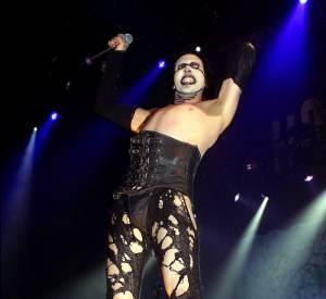 Le style du chanteur sur scène est plutôt dérangeant.