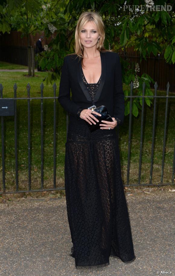 Kate Moss maîtrise la séduction avec précision. Veste de smoking impeccable et chic, make up bien présent, elle dévergonde son look avec une robe du soir, mais transparente.