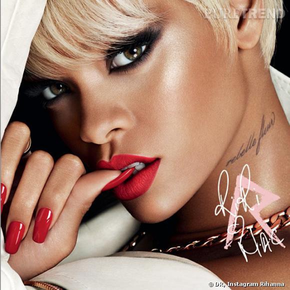 Pour la collection de Noël de MAC, Rihanna est très blonde.