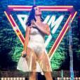 Sur scène, Katy Perry mise sur une robe entièrement transparente, qu'elle porte évidemment par dessus un body blanc.