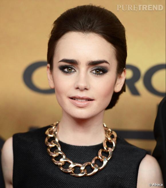 Lily Collins porte un collier Fallon.