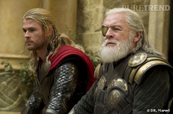 """Anthony Hopkins et Chris Hemsworth dans """"Thor : Le Monde des Ténèbres""""."""