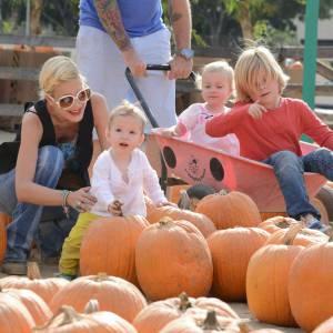 Tori Spelling à la chasse aux citrouilles avec trois de ses enfants et son mari.