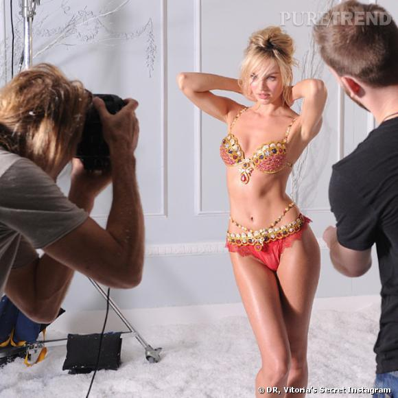Candice Swanepoel prend la pose avec son Fantasy Bra 2013