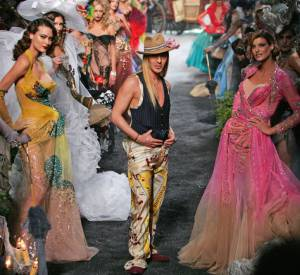 John Galliano a fait briller une mode haute en couleurs.